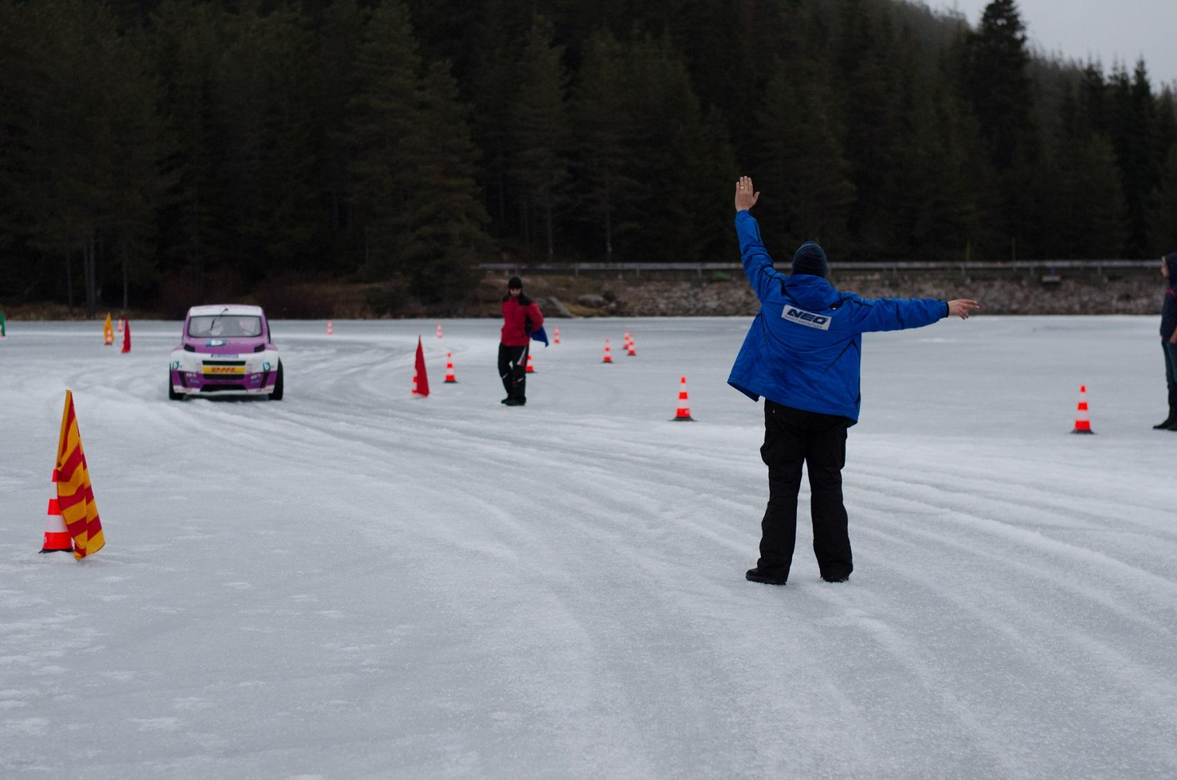 Volkicar върху леда на яз. Батак